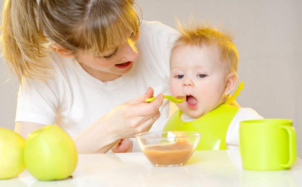 Картинка кормят малыша